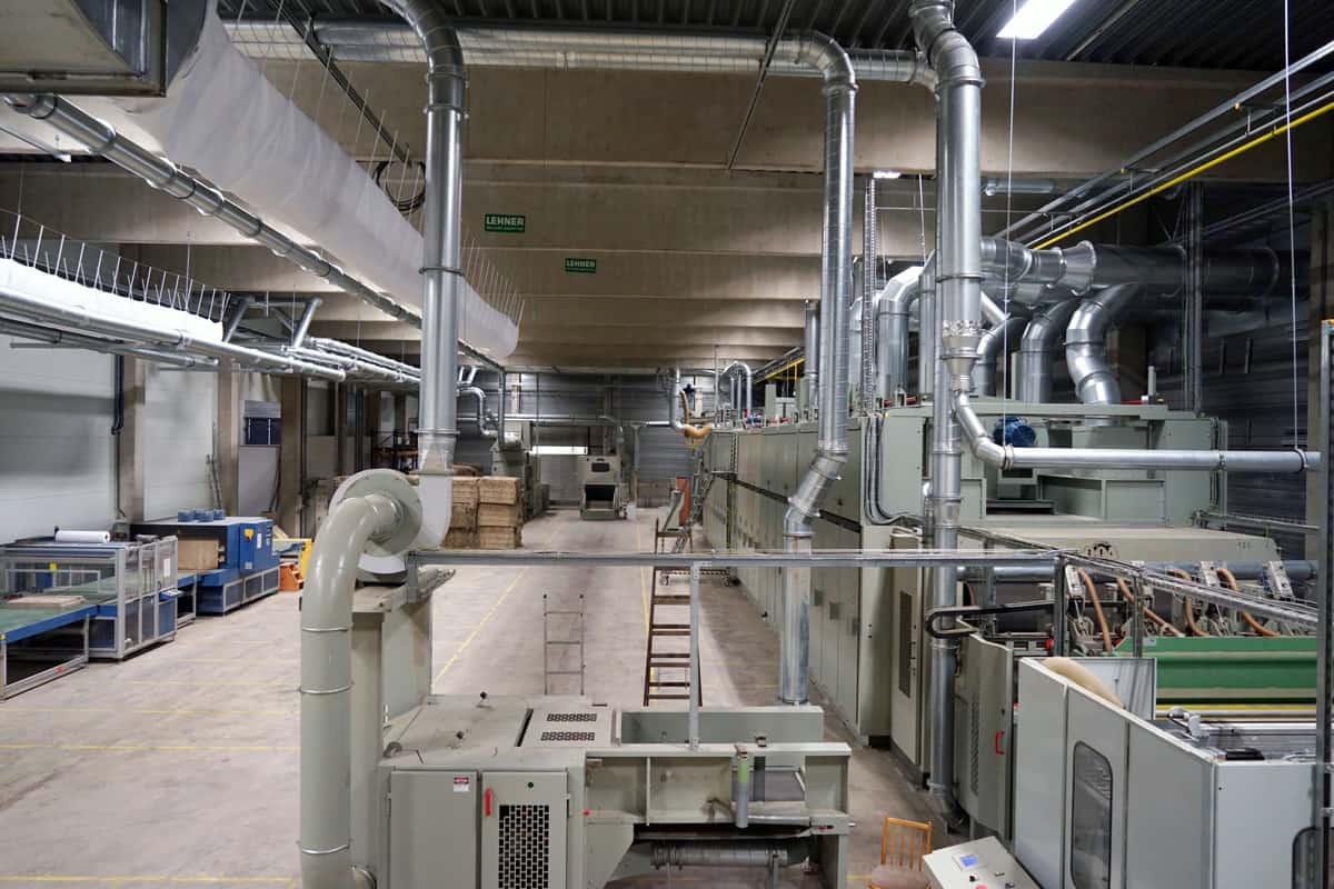 Die 50m lange Plattenpresse ist das Herzstück der Produktionsstätte in Niederösterreich.