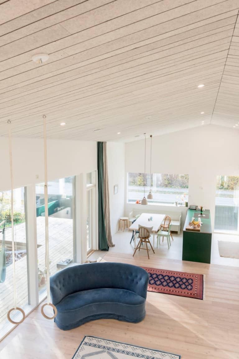 Akustik-Decke in modernem Wohnraum